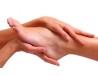 Tratamiento de manos o pies con mascarilla de arcilla y esenciales.